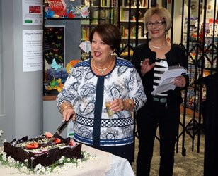 Lady Cosgrove, Friends' Patron, cuts the 25th anniversary cake